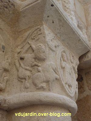 Poitiers, église Saint-Porchaire, 9, chapiteaux droits du portail, lions de Daniel