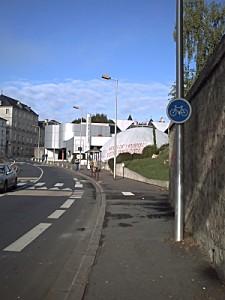 Poitiers, le centre Mendès-France, le planétarium taggués par les casserus, l'abri bus en miettes