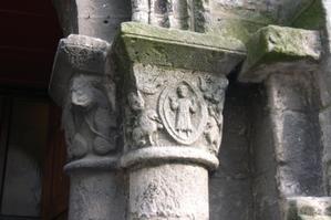 Poitiers, église Saint-Porchaire, chapiteau avec Daniel dans la fosse aux lions