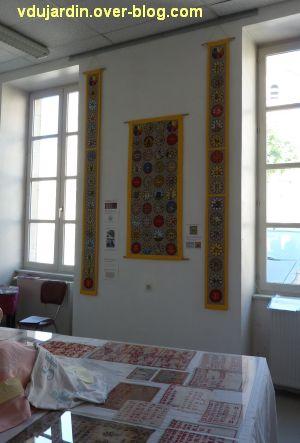 Gigny-sur-Suran, exposition autour du fil 2012, 5, bannière de Gigny et oriflammes de Ruffey