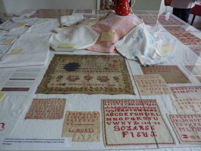Gigny-sur-Suran, exposition autour du fil 2012, la table avec les marquoirs anciens