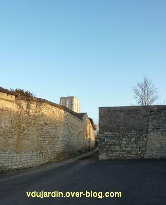 Le donjon de Loudun, 1, arrivée par le chemin qui monte...