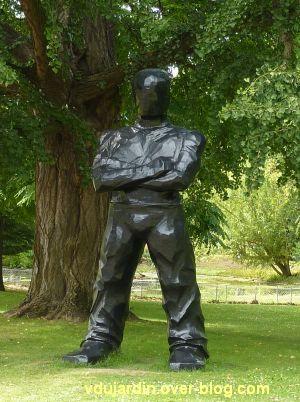 Metz, Cyrille André, 3, au jardin des plantes, grand homme noir debout