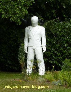Metz, Cyrille André, 5, au jardin des plantes, un personnage blanc avec des oiseaux noirs