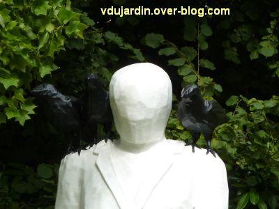 Metz, Cyrille André, 6, au jardin des plantes, un personnage blanc avec des oiseaux noirs, détail