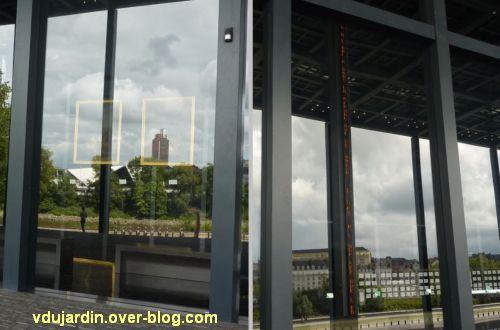 Au centre de l'île de Nantes, 2012, 02, aperçu des oeuvres du palais de justice à travers la façade