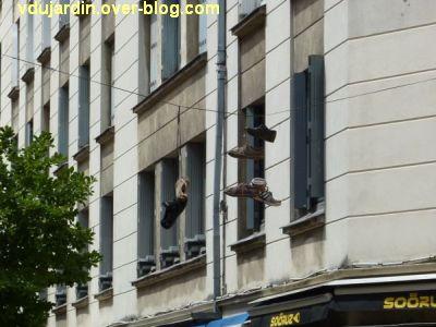 Nantes, art dans la rue, 04, des chaussures sur des fils
