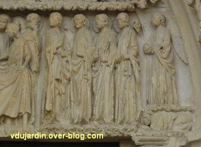 Poitiers, cathédrale, portail de la Vierge, 06, les personnages à gauche du lit