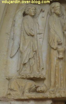 Poitiers, cathédrale, portail de la Vierge, 07, l'ange à gauche de la scène