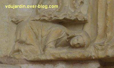 Poitiers, cathédrale, portail de la Vierge, 08, le personnage sous les pieds de l'ange à gauche