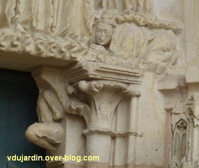 Poitiers, cathédrale, portail de la Vierge, 10, le personnage sous l'ange à droite de la scène