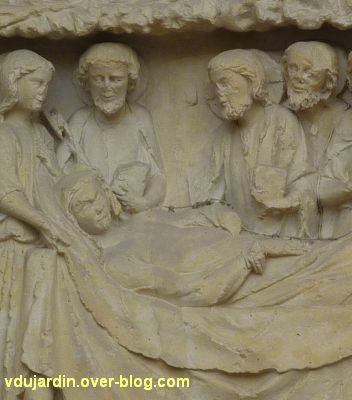 Poitiers, cathédrale, portail de la Vierge, le Christ à côté de sa mère morte