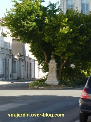 Le monument à Réaumur par Lemoyne à La Rochelle, 1, vu de loin