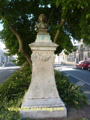 Le monument à Réaumur par Lemoyne à La Rochelle, 2, le buste en bronze sur son haut socle