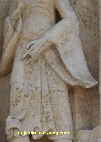 Poitiers, la Visitation de Notre-Dame-la Grande, 4, la suivante de Marie, geste de la main