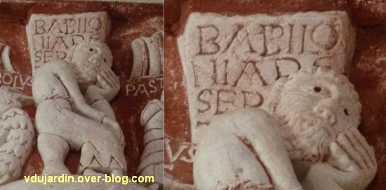 Chauvigny, église Saint-Pierre, chapiteau de l'Apocalypse, 07, le prophète méditant sur les ruines