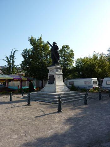 Lons-le-Saunier, monument à Rouget-de-l'Isle, 02, vu de loin