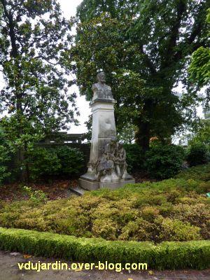 Jules Verne au jardin des plantes de Nantes, 1, vue de loin