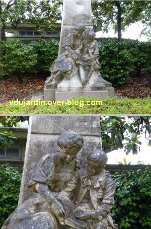 Jules Verne au jardin des plantes de Nantes, 3, les deux enfants lisant un livre