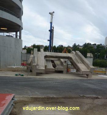 Poitiers, passerelle des Rocs, 3, début juillet 2012, restes du dernier pilier