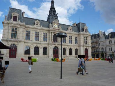 Poitiers, actualité juillet 2012, canapés colorés devant l'hôtel de ville