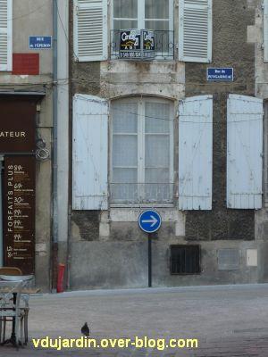 Poitiers, septembre 2012, 05, un panneau qui empêche la fermeture du volet