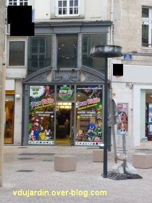 Poitiers, septembre 2012, 07, des autocollants criards en façade