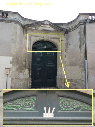 Poitiers, septembre 2012, 09, un support pour drapeaux à travers une porte protégée