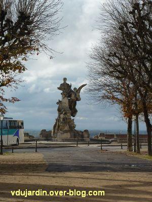 Angoulême, monument à Sadi Carnot, 1, vu de loin