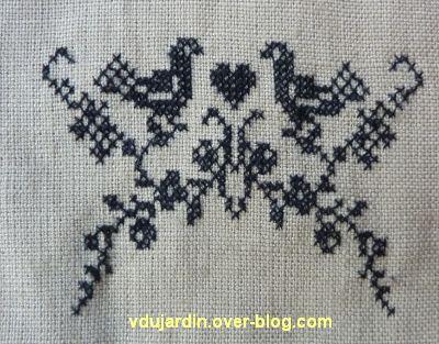 Un petit motif brodé classique en noir, tiges et oiseaux