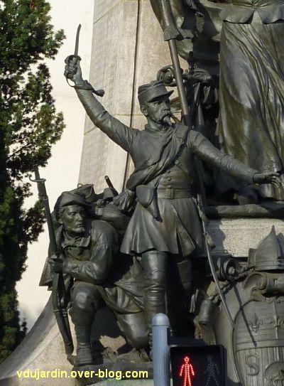 Limoges, monument aux morts de 1870, 4, les deux soldats à gauche