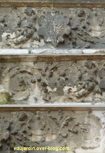 Poitiers, hôtel Berthelot, 6, trois détails du linteau de la porte