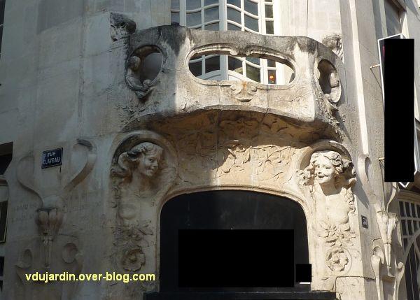 L'Alcazar à Angers, 3, bacon et sculpture au-dessus de la porte