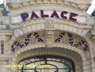 Le Palace à Angers, 4, l'enseigne et le couvrement de la porte