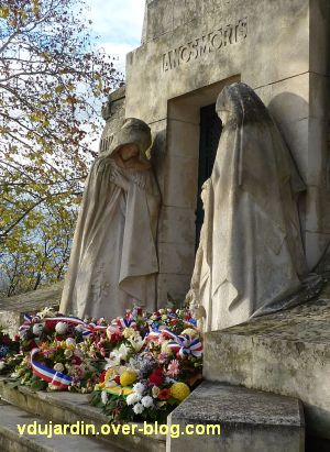 Angoulême, monument aux morts de 1914-1918, 3, les femmes de chaque côté de la porte
