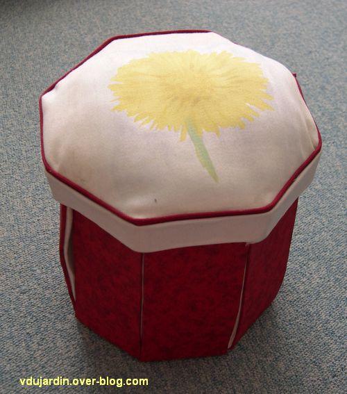 Une boîte à couture rouge fermée