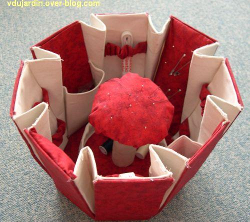 Une boîte à couture rouge ouverte