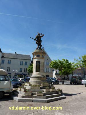 Le monument aux morts de Civray par Eugène Bénet, 1, vue générale de loin et de dos
