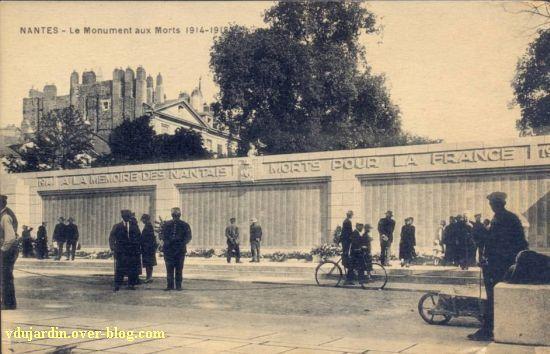 Le monument aux morts de 1914-1918 à Nantes, carte postale ancienne