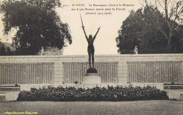 Le monument aux morts de 1914-1918 à Nantes, carte postale prise en 1927 ou 1928