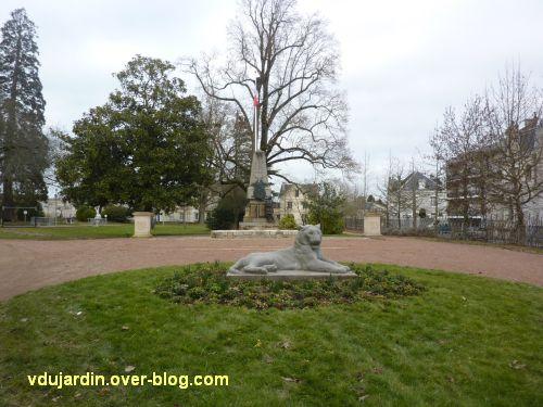 Parthenay, le monument aux morts de 1914-1918, 1, vue de loin