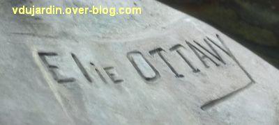 Parthenay, le monument aux morts de 1914-1918, 2, la signature du sculpteur Elie Ottavy