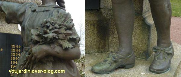 Parthenay, le monument aux morts de 1914-1918, 5, bouquet de fleurs et souliers de la fillette