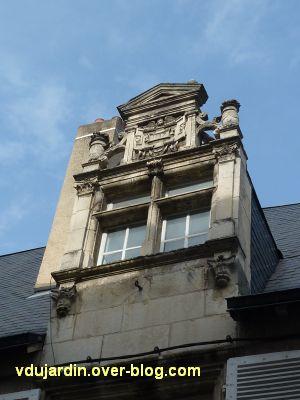 Poitiers, hôtel particulier rue de l'Ancienne comédie, 2, la lucarne sur rur
