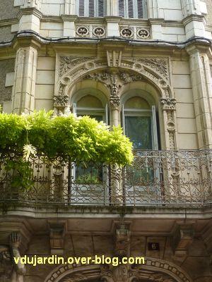 Poitiers, maison aux atlantes près de Blossac, 5, la porte-fenêtre du premier étage et son balcon