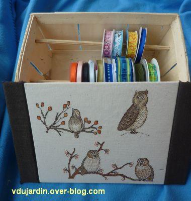 Rangement de rubans, 2, le dessus du couvercle avec les oiseaux