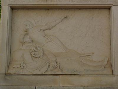 Le monument aux morts de Sommières-du-Clain, Face principale, le relief avec Jeanne-d-Arc de Real del Sarte