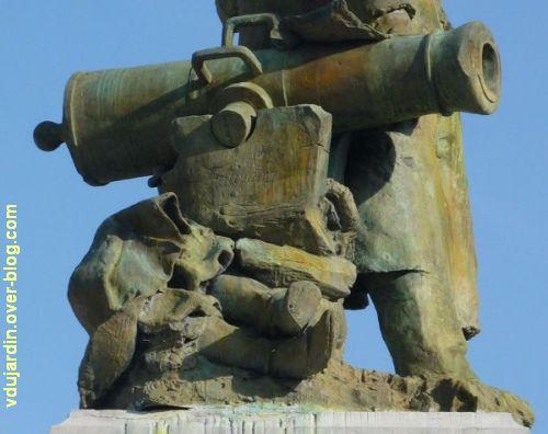 Gambetta par Falguières à Cahors, 7, le canon et le soldat mort