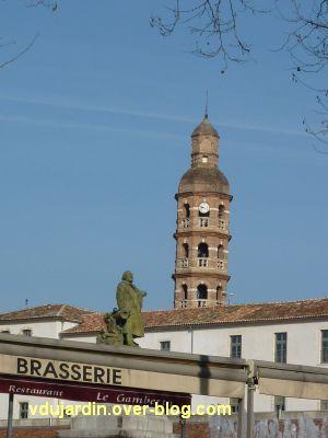 Gambetta par Falguières à Cahors, 9, vue dans son environnement