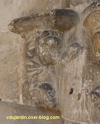 Cloître de la cathédrale de Cahors, chapiteau du pèlerin, 3, le personnage de gauche